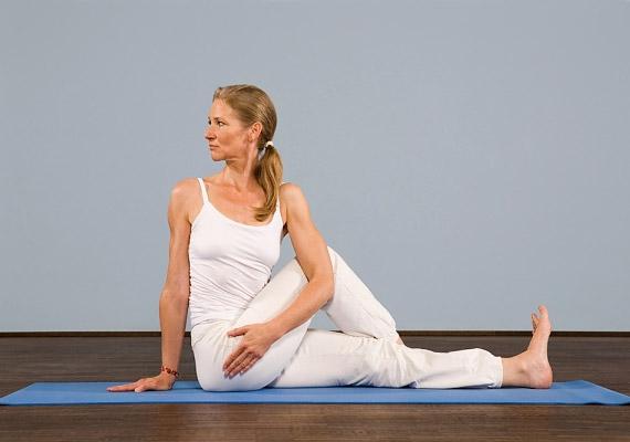 Az úgynevezett fél-gerinccsavaró gyakorlat segít rugalmasan tartani a hátizmokat, finoman masszírozza a hátizmokat, valamint a hasi szerveket. Ez utóbbinak köszönhetően segít emésztési zavarok és görcsök esetén.