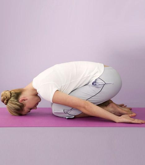 Csecsemő póz  Ez a relaxációs póz fejen állás után normalizálja a vérkeringést, valamint ellentétes nyújtást ad a gerincnek. Lazíts csecsemő pózban néhány percig, lélegezz lassan, és figyeld, ahogy a fejfájás megszűnik.
