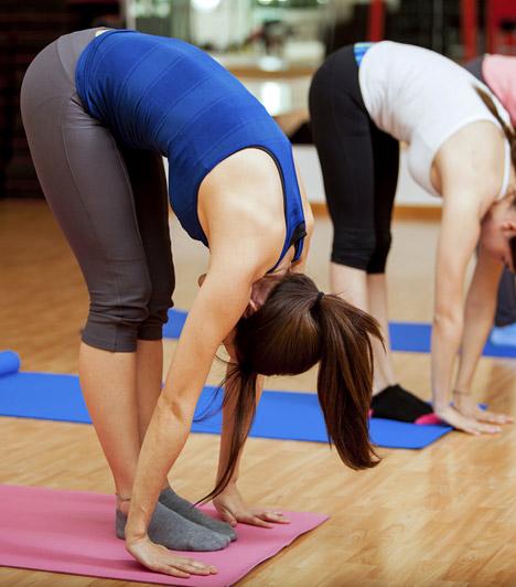 Előrehajlás álló helyzetből - Pada Haszthászana  Segít regenerálni az idegrendszert, csökkenti a fejfájást azáltal, hogy fokozza az agy vérellátását. Emellett nyújtja az alsó végtagok hátsó izmait, valamint a gerincet - így hátfájás ellen is érdemes kipróbálni. Végzése során arra ügyelj, hogy teli talppal állj a földön, hogy meddig tudsz előrehajolni, az nem számít.