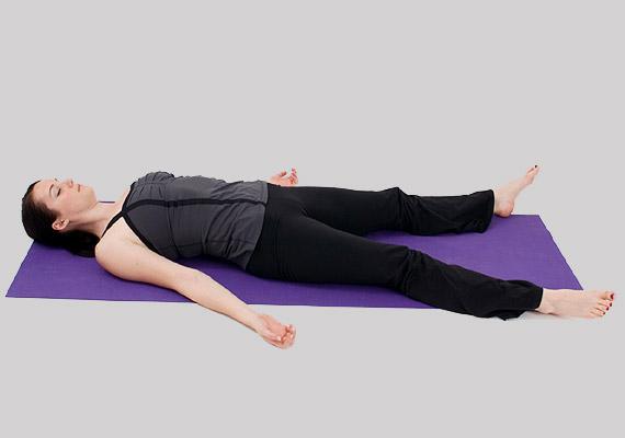 A hulla póz - Savászana - minden jógaóra végi relaxáció elmaradhatatlan ászanája. Segít helyreállítani a vérkeringést, megnyugtatja a testet-lelket, feloldja az izmokban felgyülemlett feszültséget. Fejezd be ezzel a jógapózzal a napot!