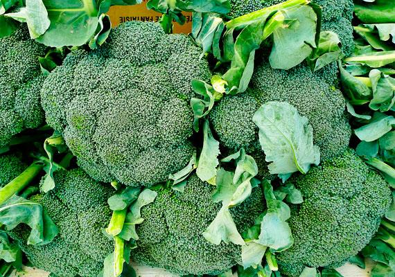 10 dkg párolt brokkolival, amiben nagyjából 65 mg kalcium található, az egész napi kalciumszükségletedet fedezheted.