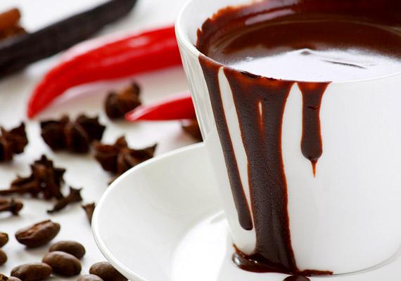 A forró csoki egy-egy pohárral fogyasztva egészséges lehet. Fontos, hogy a kakaótartalma legalább 35% legyen, és lehetőleg ne cukorral, hanem eritrittel édesítsd - illetve adhatsz hozzá egy kis anyagcsere-serkentő chilit. A jó minőségű csokoládé fokozza a teljesítményt, szívvédő és jókedvre derít.