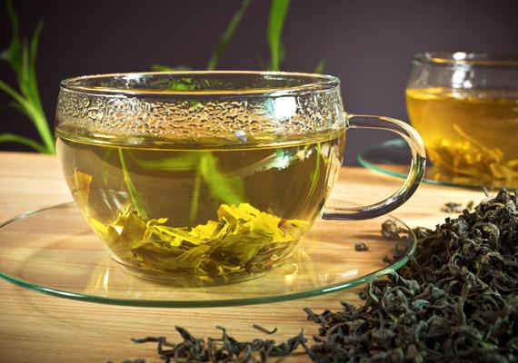 A zöld tea a kávéhoz hasonlóan koffeintartalmú ital, ám hatása nem olyan fejbecsapás-szerű. Hatóanyagai ugyanis lassabban szívódnak fel a szervezetben, cserébe viszont hosszabb távon élénkítenek. Mire képes még a zöld tea?