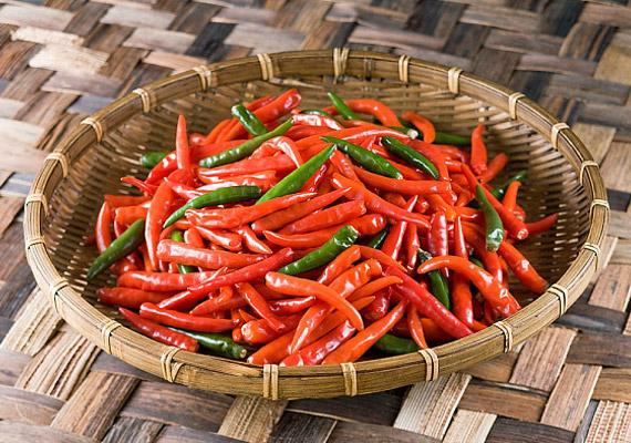 Télvíz idején ne feledkezz meg a csípős ízekről! A chili például segít kiirtani a szervezetből a baktériumokat és a vírusokat. Elsődleges forrása a kapszaicinnek - mely vegyület élénkíti a vérkeringést, gyulladáscsökkentő hatású.