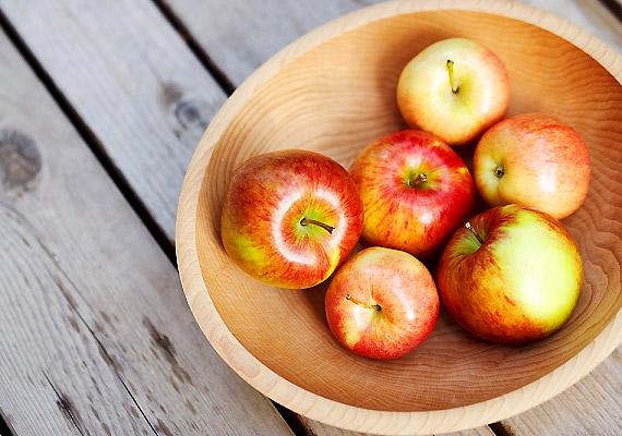 Almasavtartalmának köszönhetően a népszerű gyümölcs fehéríti és tisztítja a fogakat. Ha napközben nincs alkalmad fogat mosni, rágcsálj el egy almát.