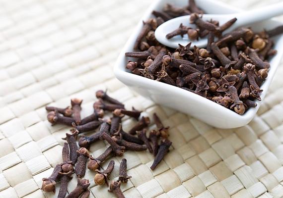 A szegfűszegolaj az egyik legjobb természetes fogfájás-csillapító. A 100%-os olajjal kenegesd finoman a fájó területet.