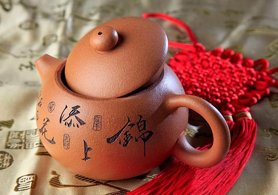 A teában található csersav csökkenti a duzzanatot és lehúzza a gyulladást. Tegyél a fájós fogra egy leforrázott feketetea-filtert néhány percre, és ismételd a műveletet óránként.