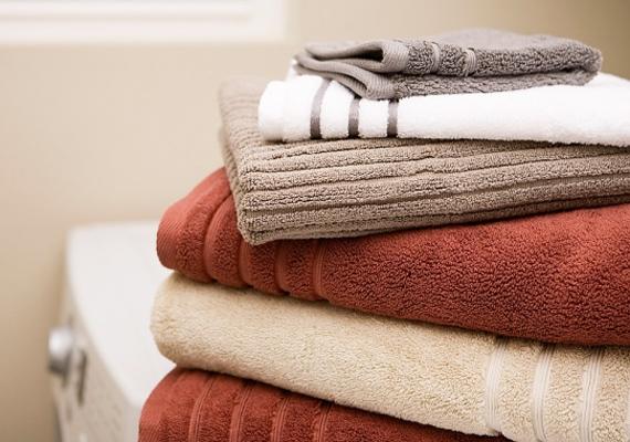 A gomba nem pusztul el 70 fok alatt a mosógépben, tehát efelett mosd a törülközőket és a fehérneműdet.