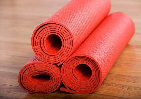 A menzesz előtt és alatt végezz nyújtózkodó jógagyakorlatokat! Nemcsak a mozgás, de a légzőgyakorlatok is segítséget nyújthatnak - hiszen oldják a testben kialakult feszültséget.