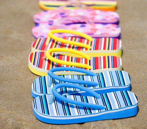Strandon kívül hanyagold a tangapapucsot. Nem tartja megfelelően a lábad, hosszabb távon ízületi problémákat okoz.