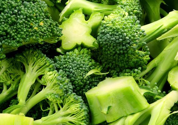 A keresztesvirágzatú zöldségek, mint amilyen a brokkoli is, rendkívül gazdagok szulforafánban és indo-3-karbinolban, amelyek megállítják a káros sejtek elszaporodását.