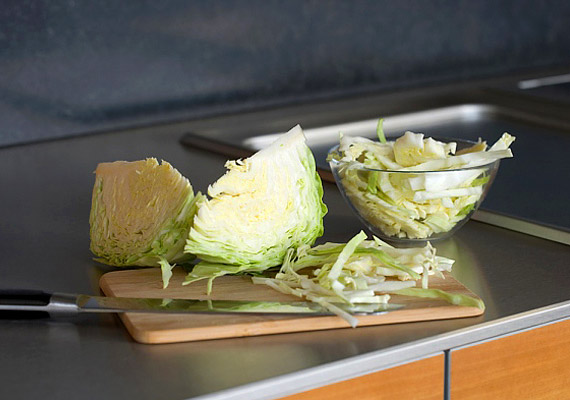 A káposzta keresztesvirágzatú zöldségként hatásos rákellenes táplálék.