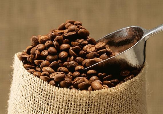 A kávéban található koffein fokozza az idegsejtek működését, így megakadályozza a szellemi funkciók hanyatlását.