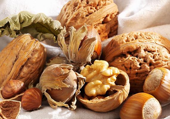 A telítetlen zsírsavak nagyon jó hatással vannak az agyra, könnyedén felpörgetnek. Fogyassz sok diót és mogyorót!