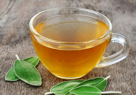 A zsálya - Salvia officinalis - élénkít, serkenti a vérkeringést, kellemes illatának és baktériumölő hatásának köszönhetően frissíti a leheletet, valamint enyhíti a köhögést. A teához forrázz le egy teáskanál szárított levelet, hagyd állni néhány percig, majd lassan kortyold el. Napi két-három csésze teát fogyassz. Tudj meg többet a zsályáról!