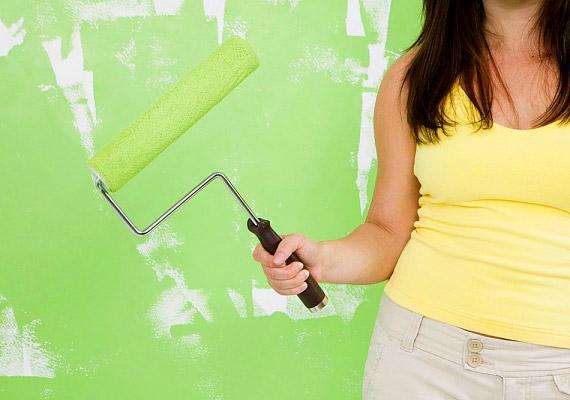 Ha beltéri falfestéket vásárolsz, érdemes olyat választani, amelynek csomagolásán az úgynevezett VOC-tartalom - volatile organic compound -, vagyis a festékből a levegőbe jutó szennyező szerves vegyületek mennyisége minél alacsonyabb. 2010 óta az EU-ban a VOC-tartalom határértéke 30 gramm literenként.