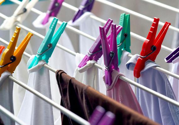 Sokan szívesen terítik ki a ruhákat a hálószobában, mivel egyrészt gyorsabban száradnak, mint a fürdőben, másrészt kellemes öblítőillat árad belőlük. Ám az ily módon túlzottan megemelkedett páratartalom - illetve a ruhákból párolgó mosószerek - károsíthatják a egészséget.