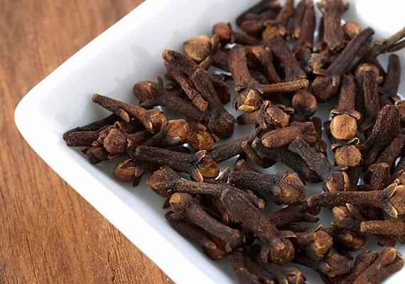 A szegfűszegolaj főként eugenolból áll, melynek baktériumölő, kábító, de kissé maró hatása van. Köhögés ellen némi olívaolajjal együtt is bevetheted.