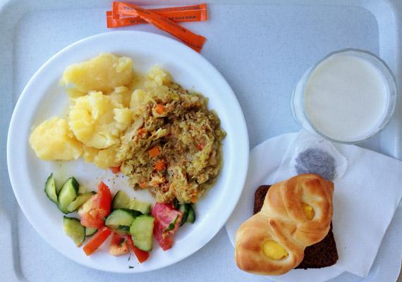 Ebéd egy tallinni állami kórház szülészetén. Az észt intézményben főtt krumpli, rakott zöldséges hús és fekete kenyér, valamint kefir a menü.