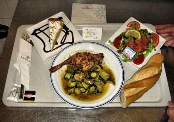Kicsit irigykedhetünk a franciákra. A párizsi kórház menüje: cukkinis csirkecomb, füstöltlazac-saláta, bagett, valamint egy szelet sütemény.