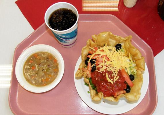 A kaliforniai kórházban kapott ételben nincs semmi kivetnivaló: bableves és tostada. Azonban kicsit meglepő egy kórházi tálcán a diétás kóla.