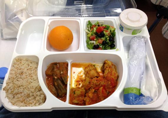 A kép feltöltője abszolút elégedett a katari magánkórház ebédjével. A képet elnézve érthető, a menü: görögsaláta, hal barna rizzsel, desszertnek pedig narancs.