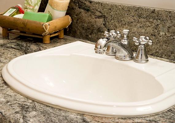 Azt hihetnéd, hogy a csapok igazán tiszták, hiszen folyamatosan vízközelben vannak, ám gondold meg, a mosdó fogantyúját mikor érte víz utoljára? Éppen ezért fontos, hogy amikor áttörölgeted a környékét, ennek is szánj néhány percet. A törölközőknek szintén érdemes nagyobb figyelmet szentelni. Tudod, hány fokon kell mosni őket?