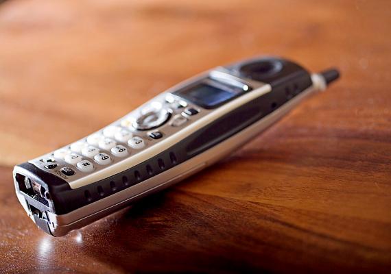 A telefonra a kezedről, a hajadról, sőt, még az arcodról is kerülnek baktériumok. Egyes kutatások szerint több baktérium élhet itt, mint a WC-ülőkén - hiszen utóbbit rendszeresen tisztítod.