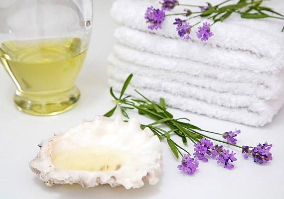 Ha nem kedveled a teafaolaj sajátos illatát, próbáld ki a levendulaolajat. A művelet ugyanaz, mint a teafaolajnál: fültisztító pálcikára csepegtetve kell áttörölni a fertőzött köröm felületét. Tudd meg, még mire jó a levendulaolaj!