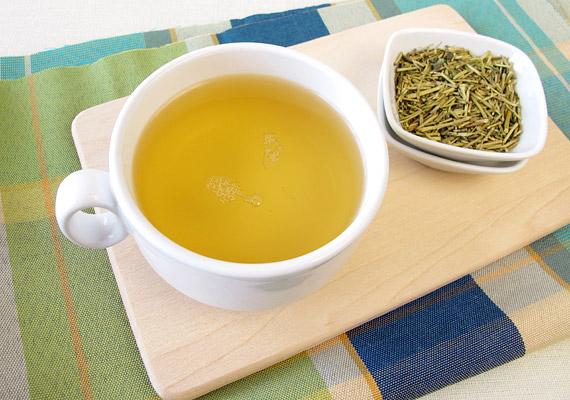 Hallottál már a kukicháról? Ez a speciális zöld tea nem a növény leveléből, hanem annak szárából készül. Édeskés ízét a benne lévő L-teaninnak köszönheti. A kukicha erős antioxidáns, így rákellenes és immunerősítő hatással bír. Érdemes rászoknod az influenzaszezonban! Elkészítési módja megegyezik a zöld teáéval: nem szabad 80°C-nál magasabb hőhatásnak kitenned.