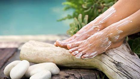 nedves sebek a lábujjak között