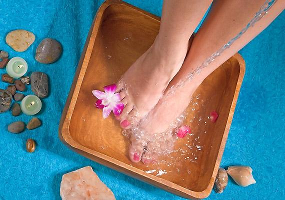 Ha meleg vízbe áztatod, illetve lezuhanyozod a lábad, azzal segíted az izomgörcs oldódását. Közben finoman masszírozhatod is.