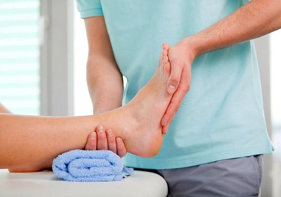 Lábgörcs esetén segít a lábujjak sípcsont irányába történő finom hátrahúzása. Ha ez túlságosan fájdalmas, először polcold fel, és pihentesd pár percig a lábadat.