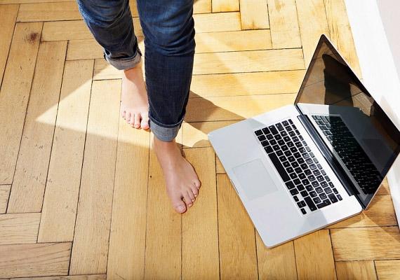 Ha fekvő vagy ülő helyzetben jelentkezik a görcs, kelj fel, és mezítláb sétálj kicsit. Ügyelj arra, hogy teljes talppal lépj a talajra.
