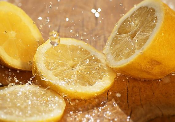 A citrusfélék savasabbá teszik a bőr pH-értékét, így a testszagot okozó baktériumok számára kedvezőtlen környezetet hoznak létre. Készíts magadnak citromos lábfürdőt egy lavór vízből és egy-két citrom levéből. Áztasd benne a lábadat 20 percen át - közben a bőrkeményedéseket is lereszelheted.