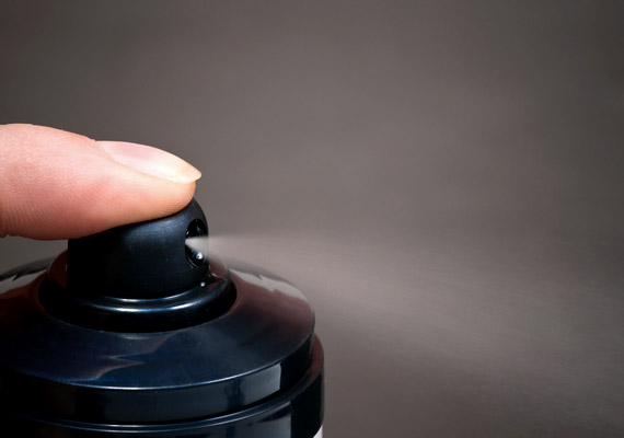 A hónaljra alkalmazott dezodor megakadályozhatja a láb izzadását is. Fújd a lábadra az illatszert, mielőtt a cipőt vagy a zoknit felvennéd. Ha ez nem válik be, próbálkozz speciálisan a lábizzadás ellen gyártott termékekkel.