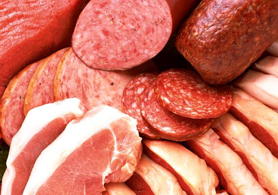 A feldogozott húsok - virsli, szalonna, sonka, kolbász, felvágottak - növelik a szív- és érrendszeri betegségek, valamint a rák kialakulásának kockázatát. A Harvard School of Public Health vizsgálata szerint azoknak, akik napi rendszerességgel esznek legalább 50 gramm adalékanyagokban gazdag, feldolgozott vörös húst, 42%-kal nagyobb a kockázatuk a szív- és érrendszeri betegségek kialakulására. Ha kíváncsi vagy, milyen formában és mennyiségben egészséges a disznóhús, kattints!