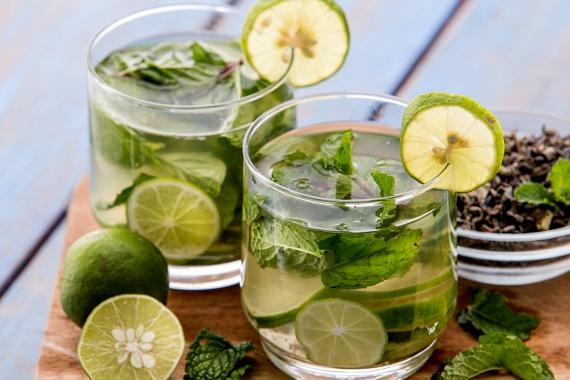 Méregtelenítő víz | Socialhealth | Healthy drinks, Detox drinks, Health food