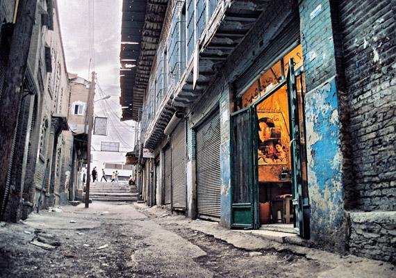 Kermanshah, más néven Báhtarán az iráni Kermanshah tartomány fővárosa. Éves PM10-átlaga 229 - tehát ennyi mikrogramm 10 mikrométernél kisebb átmérőjű egészségkárosító részecske fordul elő egy köbméter levegőben.