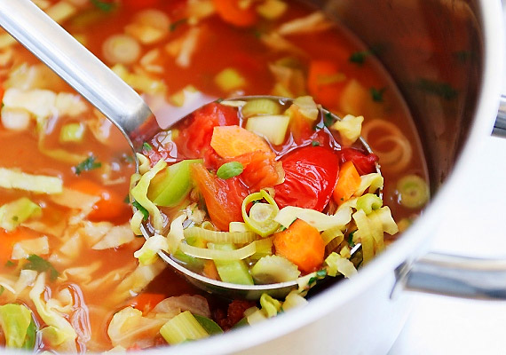 Ebédnél részesítsd előnyben a gazdag zöldségleveseket, melyek rosttartalmuknak köszönhetően támogatják az anyagcserét.