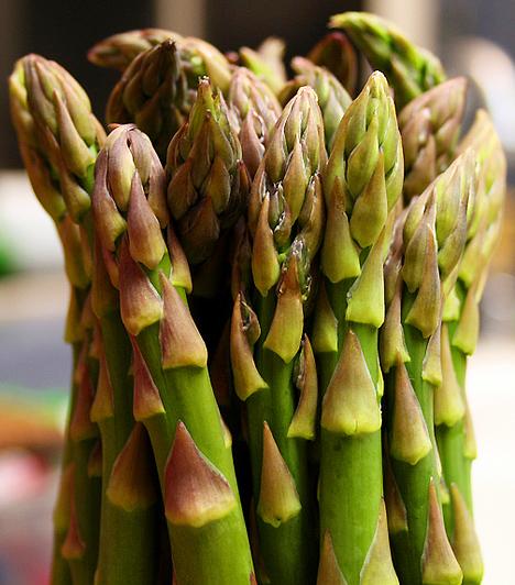 Spárga A benne lévő asparagine nevű lúgnak köszönhetően a spárga fogyasztásával hatékonyan állíthatod helyre tested sav-bázis egyensúlyát. Ezen túlmenően a zöldség remek vizelethajtó és méregtelenítő tulajdonsággal is bír.  Kapcsolódó cikk: A 4 leghatékonyabb zöldség elsavasodás ellen »
