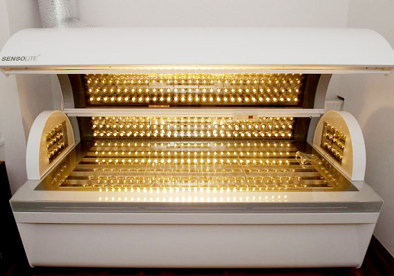 A polarizáltfény-terápiát Mester Endre professzornak és csapatának köszönhetjük. Az alacsony intenzitású lézerfényt nehezen gyógyuló sebek, fekélyek és más bőrproblémák kezelése során alkalmazzák. Később Fenyő Márta fizikus fejlesztésének köszönhetően polarizált fényt kibocsátó lámpa is született - Bioptron néven.