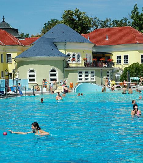 Békéscsaba A békéscsabai Árpád Fürdő egész évben látogatható. A nyári szezonban az élményfürdő, a csúszda, a gyermekmedence és az uszoda mellett játszótér és sportpályák is várják a látogatókat. A gyógymedencék és az uszoda pedig egész évben üzemel.