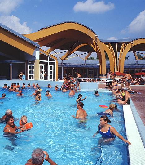 Bükfürdő  A Büki Gyógyfürdő Magyarország egyik legnagyobb és legszebb gyógyfürdője. Vize alkáli-hidrogén-karbonátos, magas kalcium-, magnézium- és fluortartalmú gyógyvíz.  Kapcsolódó cikk. Világhírű gyógyító helyek itthon »