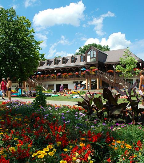 Gyula A Gyulai Várfürdő az egykori Almásy-kastély 8,5 hektáros kastélyparkjában épült ki, és ma természetvédelmi terület. A gyógyvizet hat mélyfúrású kútból nyerik, melyek közül a legmélyebb 2500 méter.