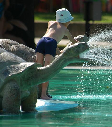 Hajdúszoboszló  A Hajdúszoboszlói Gyógyfürdő 30 hektáros parkjában elterülő strand május 1-től szeptember 30-ig tart nyitva. Nyaranta százezrek nyernek felüdülést 13 medencéjében, közöttük a hullám-, pezsgő-, gyerek- és élménymedencékben.  Kapcsolódó cikk: 3 varázslatos fürdőváros az országban »