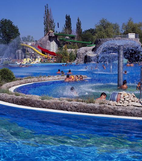 Kaposvár  A Kaposvári Uszoda és Gyógyfürdő - más néven Virágfürdő - olyan extra szolgáltatásokkal várja vendégeit, mint a vízalatti vízsugármasszázs, az ultrahangkezelés vagy a Diadynamic-kezelés.