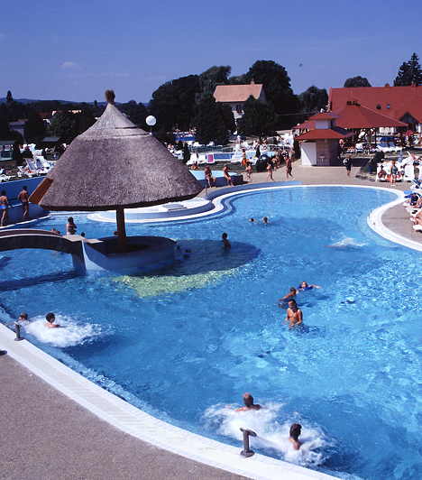 Kehidakustány  A család fürdője 2600 négyzetméter vízfelülettel, 13 medencével, több mint kétezer ingyenesen használható nyugággyal, ingyenes parkolási lehetőséggel várja kedves vendégeit.