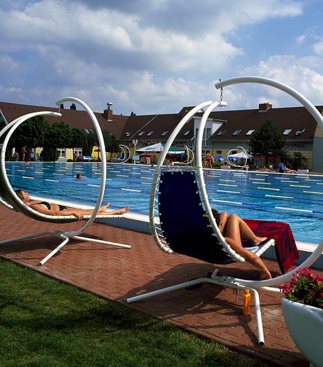 Komárom A Komáromi Gyógyfürdő egyidejűleg kínál kulturált fürdőzési, szabadidő-eltöltési, egészségmegőrzési és gyógyulási lehetőséget nyugdíjasoknak, középkorúaknak, fiataloknak és gyermekeknek egyaránt.