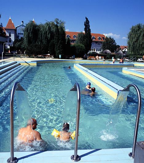Mosonmagyaróvár A Flexum Termál Gyógyfürdő Európa öt legjobb hatásfokú gyógyvízzel rendelkező fürdője közé sorolható. A szinte állandó északnyugati vagy délnyugati szél friss, tiszta levegőt biztosít a zöldövezetben, természetes folyóvizek közelében fekvő fürdőnek.